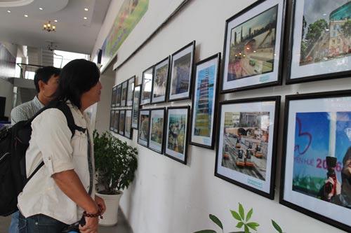 Khách xem ảnh tại triển lãm
