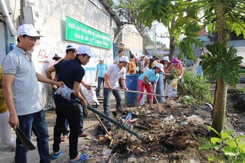 Công nhân nhà trọ tham gia dọn dẹp xung quanh nơi ở để phòng chống dịch bệnh do virus Zika Ảnh: HỒNG ĐÀO