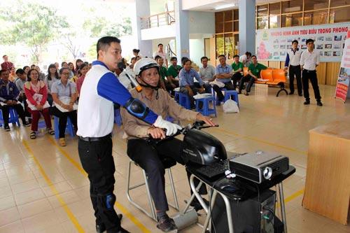 Các kỹ thuật viên hướng dẫn CNVC-LĐ lái xe an toàn