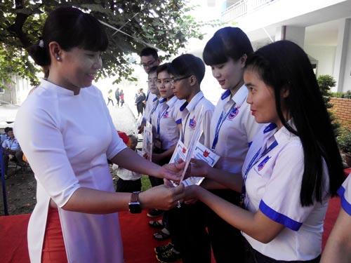 Đại diện doanh nghiệp trao học bổng cho sinh viên