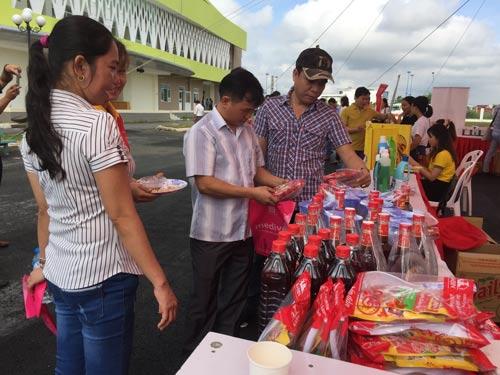 """Công nhân tham gia phần thi đi chợ tại ngày hội """"Bữa ăn an toàn cho công nhân"""""""