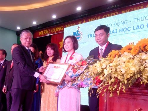 Thứ trưởng Bộ Lao động - Thương binh và Xã hội Doãn Mậu Diệp tặng bằng khen của bộ cho các cá nhân xuất sắc