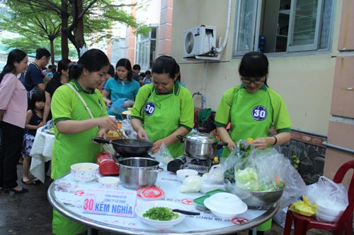 Cán bộ nữ công trong phần thi nấu ăn