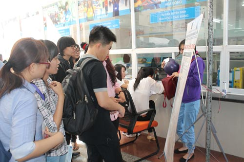 Ứng viên tham gia sàn giao dịch việc làm do Trung tâm DVVL TP HCM tổ chức