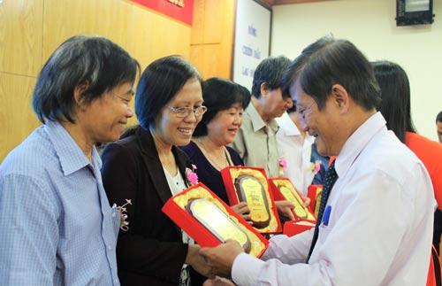 Ông Nguyễn Tiến Đạt, Phó Giám đốc Sở Giáo dục và Đào tạo TP HCM, trao biểu trưng cho các giáo viên về hưu