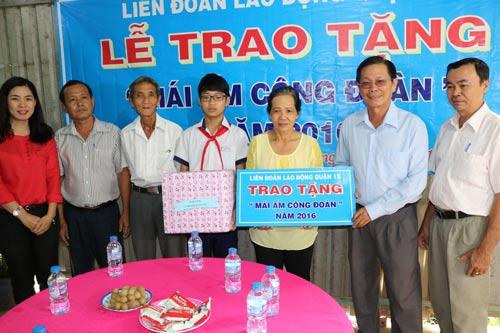 Ông Nguyễn Văn Trung - Chủ tịch LĐLĐ quận 12, TP HCM - trao tặng nhà cho gia đình chị Trịnh Thị Kim Chi