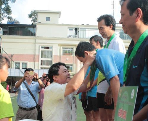 Ông Phan Mạnh Hùng, Chủ tịch Công đoàn Cao su Việt Nam, trao giải cho các vận động viên xuất sắc