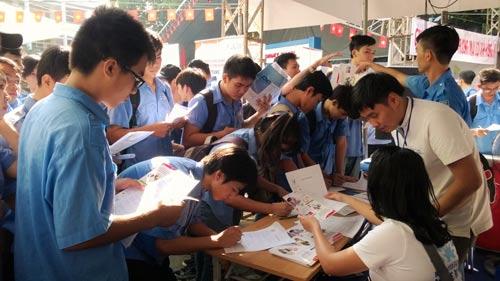 Sinh viên tham gia ngày hội việc làm do Trường Cao Đẳng Kỹ thuật Cao Thắng tổ chức năm 2015