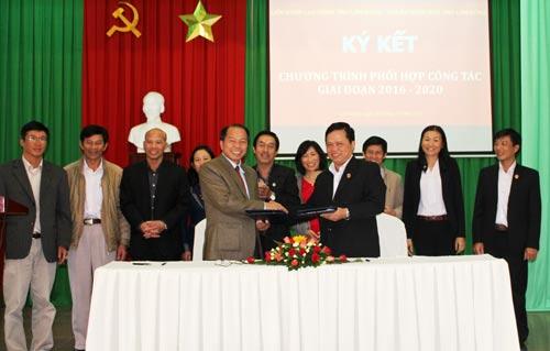 Lãnh đạo hai đơn vị trao văn bản ký kết liên tịch