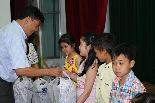 Ông Nguyễn Văn Hải, Phó Chủ tịch LĐLĐ quận Bình Tân, trao quà cho con CNVC-LĐ Ảnh: HƯƠNG HUYỀN