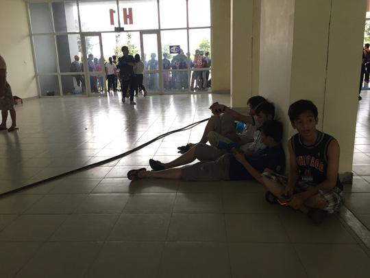 Bên cạnh đó sinh hoạt của các bạn sinh viên còn gặp khó khăn hơn khi ký túc xá bị mất điện, nước từ hôm qua.