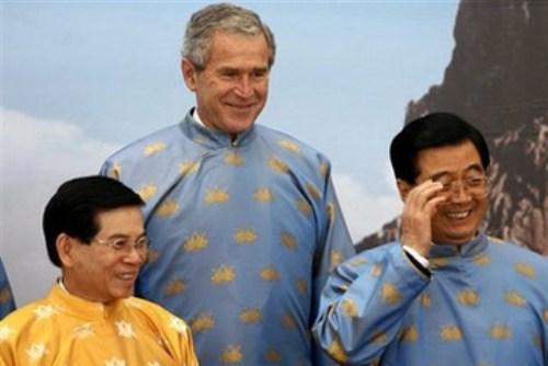 Chủ tịch nước Nguyễn Minh Triết, Tổng thống Mỹ George Bush và Chủ tịch Trung Quốc Hồ Cẩm Đào tại APEC 2006 - Ảnh: AP