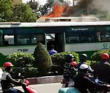 Mui xe cháy ngùn ngụt (Ảnh cắt từ clip bạn đọc)