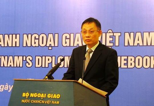 Thứ trưởng Ngoại giao Lê Hoài Trung cho biết cuốn sách không chỉ điểm lại công tác đối ngoại của Việt Nam trong năm 2015, mà còn nhìn lại cả hành trình 5 năm vừa qua, đồng thời nêu bật những nội dung cốt yếu mới về đường lối đối ngoại của Đại hội Đảng lần thứ XII