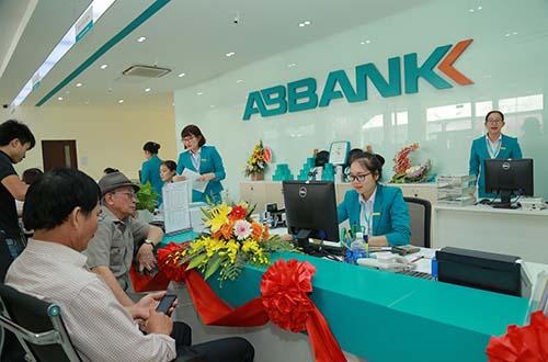 Những khách hàng đầu tiên của ABBANK Nghệ An
