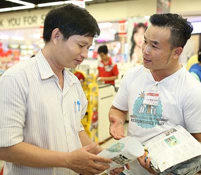 Nhân viên AB InBev tại siêu thị Lotte đang truyền bá thông điệp uống có trách nhiệm