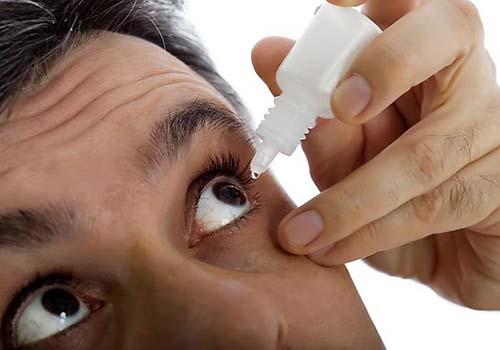 Nhiều trường hợp viêm kết mạc có thể chữa khỏi tại nhà bằng thuốc nhỏ mắt, có hoặc không có kháng sinh Ảnh: MNT