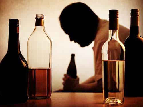 Uống rượu, bia quá độ không chỉ dễ bị viêm gan mà còn gây tác hại đến nhiều cơ quan khác Ảnh: MNT