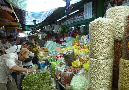 Hàng hóa Tết bày bán tại các chợ ở TP HCM