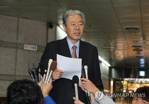 Luật sư của bà Choi Soon-sil trả lời các phóng viên tại thủ đô Seoul - Hàn Quốc ngày 30-10. Ảnh: Yonhap