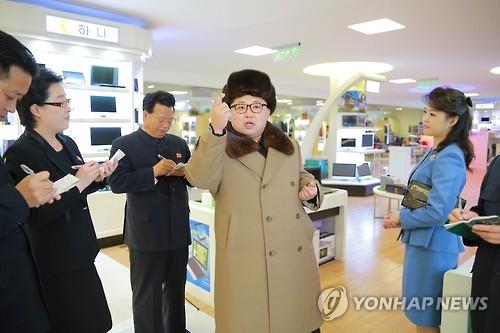 Bà Ri Sol-ju (áo xanh) xuất hiện cùng lãnh đạo Triều Tiên Kim Jong-un hồi tháng 3-2016 Ảnh: Yonhap