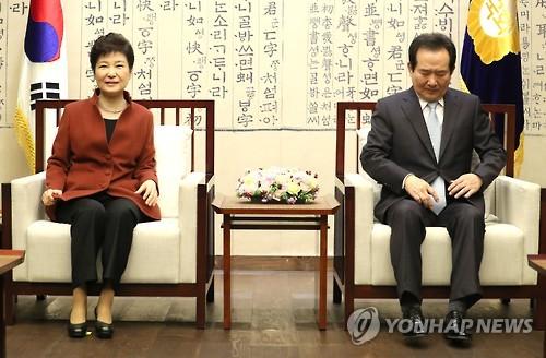 Tổng thống Hàn Quốc Park Geun-hye (trái) gặp Chủ tịch Quốc hội Chung Sye-kyun (phải). Ảnh: Yonhap