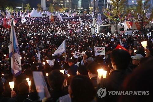 Hàng trăm ngàn người biểu tình kêu gọi bà Park từ chức hôm 12-11. Ảnh: Yonhap