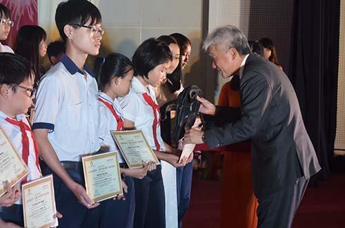 Ông Hiroharu Motohashi - Tổng Giám đốc Công ty Ajinomoto Việt Nam - trao các phần quà cho học sinh nghèo hiếu học tỉnh Đồng Nai