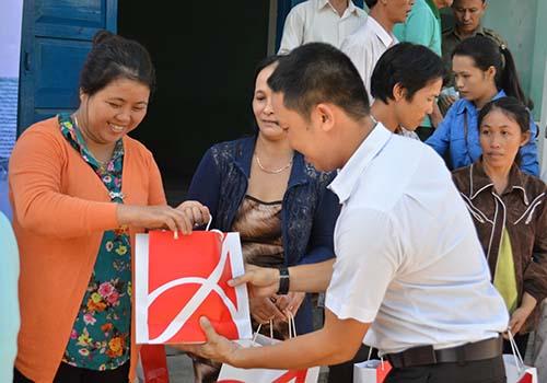 Ông Võ Nhựt đại diện Công ty Ajinomoto Việt Nam, trao quà cho bà con