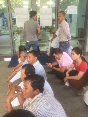 Người dân ngồi xếp hàng chờ lấy số thứ tự đổi GPLX từ 5 giờ sáng