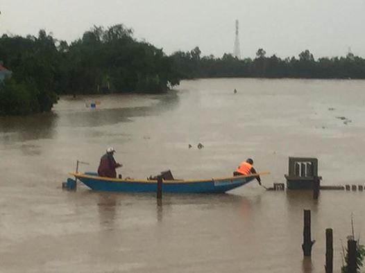 Lực lượng ứng cứu của xã Văn Hóa, huyện Tuyên Hóa, tỉnh Quảng Bình khẩn trương thu gom tài sản bị nước cuốn trôi vào khuya 31-10 Ảnh: Duy Cường