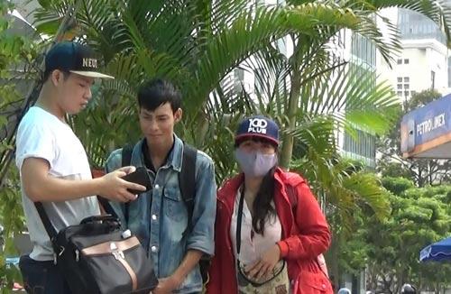 """Trong vai nhà sư và thanh niên gặp khó khăn, phóng viên đang """"hành nghề"""" trên đường phố TP HCM Ảnh: Quốc Chiến - Lê Phong"""