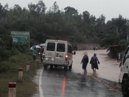 Nước lũ dâng cao khiến nhiều điểm trên đường mòn Hồ Chí Minh đoạn qua tỉnh Quảng Bình bị chia cắt