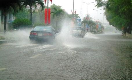 Nhiều tuyến đường ở TP Đồng Hới bị ngập, gây tai nạn, ách tắc giao thông