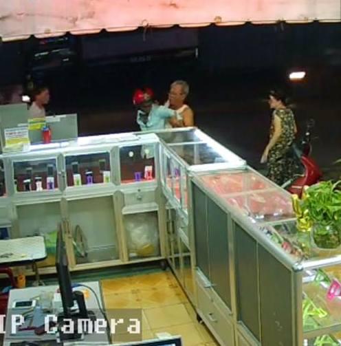 Người dân vây bắt được đối tượng cướp điện thoại. Ảnh cắt từ camera cửa hàng