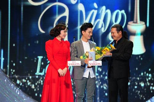 Hoài Lâm nhận giải Ca sĩ hát nhạc âm hưởng dân ca được yêu thích nhất tại lễ trao Giải Mai Vàng lần thứ 21-2015 Ảnh: Hoàng Triều