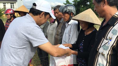 Tổng Biên tập Báo Người Lao Động Đỗ Danh Phương trao quà cho các hộ dân bị sập nhà ở huyện Tuy Phước, tỉnh Bình Định