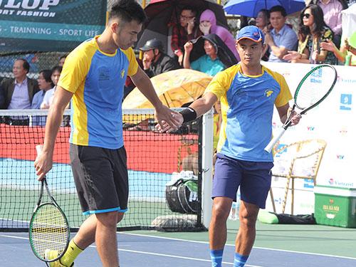 Quang Trí (trái) và Quốc Khánh trong trận chung kết chiều 9-12 Ảnh: Ngọc Linh