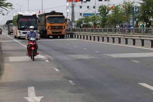 Tuyến Quốc lộ 1 qua TP Tam Kỳ, tỉnh Quảng Nam mới được nâng cấp, mở rộng đã bị lún nặng Ảnh: TRẦN THƯỜNG