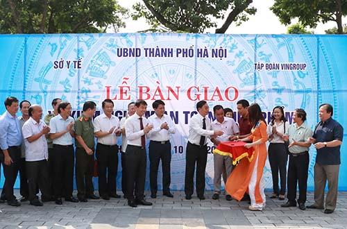 Đại diện Tập đoàn Vingroup trao tặng và bàn giao 3 xe kiểm nghiệm vệ sinh an toàn thực phẩm lưu động cho Hà Nội
