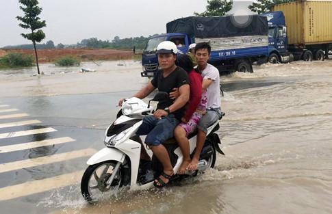 Chị Tuyền (ngồi giữa) được người thân đưa về nhà Ảnh: ĐỖ TRƯỜNG