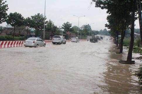 Nước ngập băng qua đường Nguyễn Thị Minh Khai Ảnh: ĐỖ TRƯỜNG