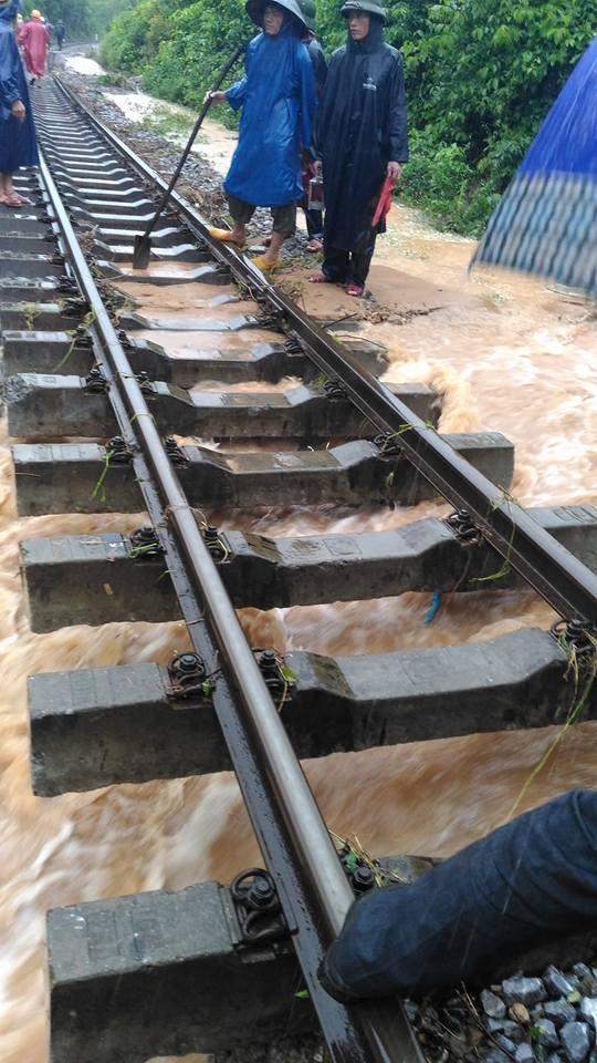 Nổ lực khắc phục các điểm sạt lở đường sắt qua địa phận Quảng Bình
