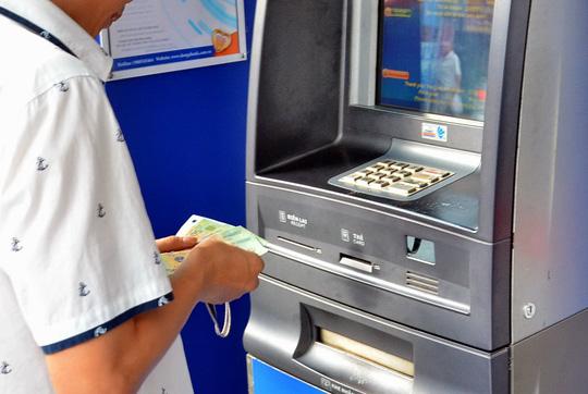 Chủ thẻ cần cẩn trọng khi giao dịch trên máy ATM