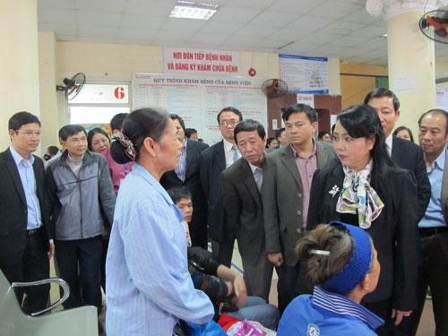 Bộ trưởng Bộ Y tế Nguyễn Thị Kim Tiến tìm hiểu mức độ hài lòng của người bệnh tại Bệnh viện Đa khoa tỉnh Hòa Bình