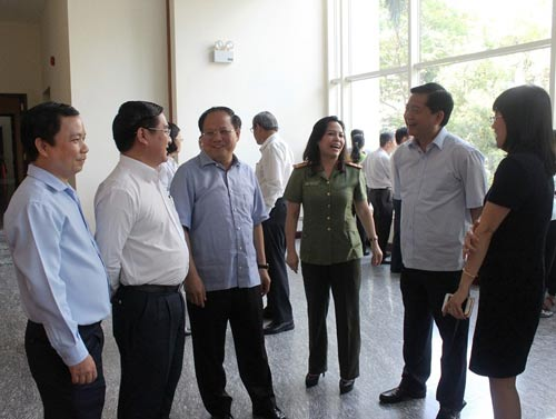 Bí thư Thành ủy TP HCM Đinh La Thăng (thứ 2 từ phải sang) và Phó Bí thư Thường trực Thành ủy Tất Thành Cang (thứ 3 từ trái sang) trao đổi với các đại biểu bên lề hội nghịẢnh: Bảo Nghi