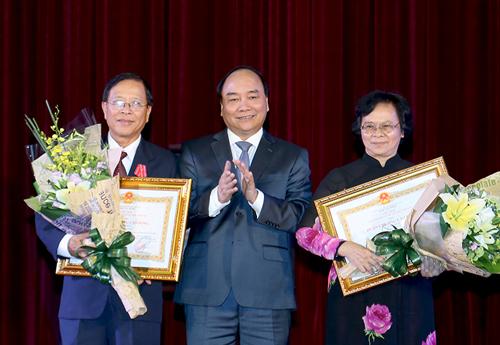 Thủ tướng Nguyễn Xuân Phúc trao Huân chương Lao động hạng nhất cho NGND-GS-TS Phan Thị Tươi và NGƯT- PGS-TS Dương Ái Phương Ảnh: CHINHPHU.VN