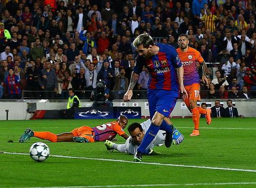 Messi mở tỉ số từ cú trượt ngã tai hại của Fernandinho