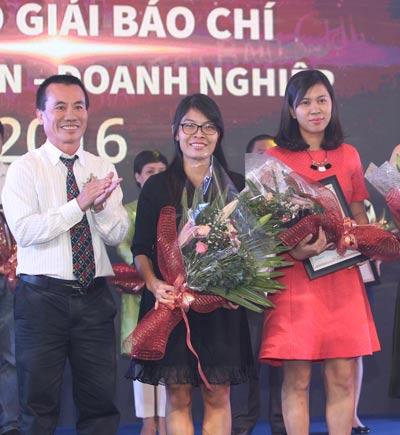 Phóng viên Báo Người Lao Động nhận giải thưởng viết về doanh nhân, doanh nghiệp Ảnh: HOÀNG TRIỀU