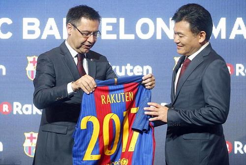Hai vị lãnh đạo Barcelona và Rakuten tại lễ công bố nhà tài trợ áo đấu mới